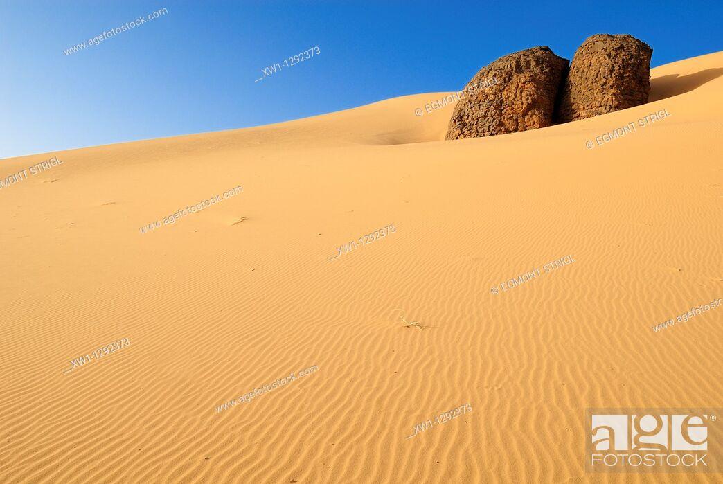 Imagen: sandstone rock formation at Youf Ahakit, Tassili du Hoggar, Wilaya Tamanrasset, Sahara Desert, Algeria, North Africa.