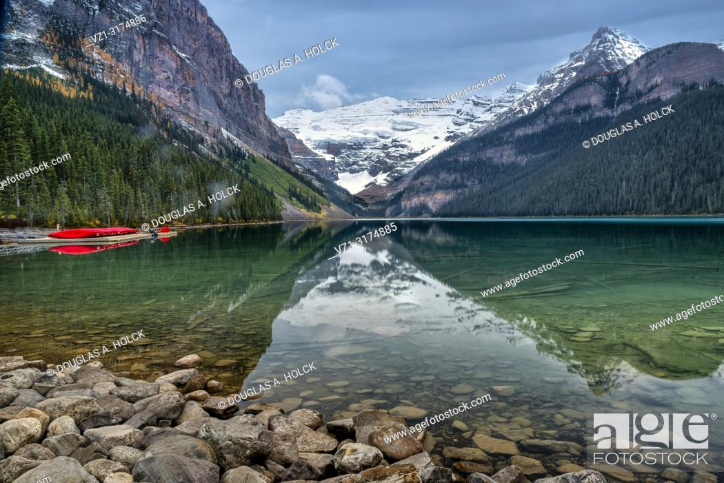 Imagen: Glassy Smooth Lake Louise on a Fall Morning in Banff National Park Alberta Canada.