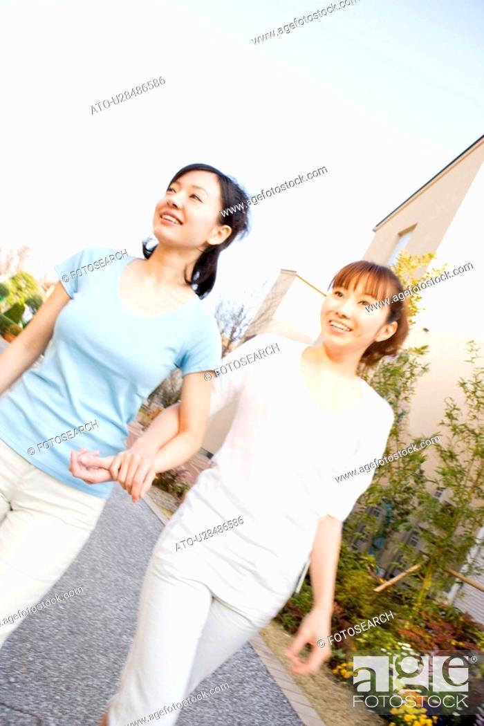 Imagen: Women taking a walk.