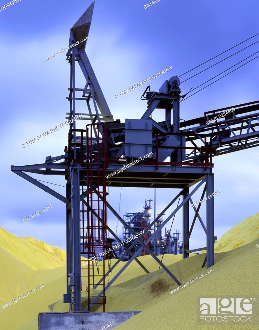Imagen: Machinery in piles of grain.