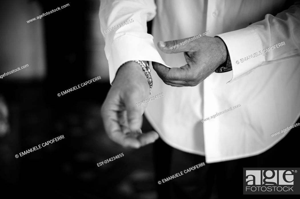 Imagen: Man tying his wrists shirt.