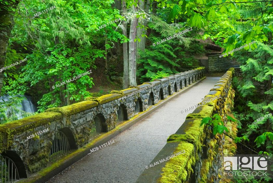 Photo de stock: Stone bridge over Whatcom Creek and Falls, Whatcom Falls Park, Bellingham Washington.