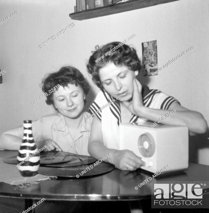 Zwei Junge Frauen Mit Schallplatten Und Radio Im Wohnzimmer