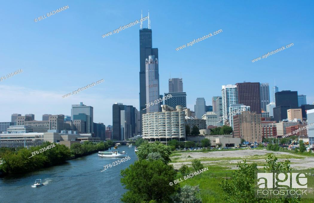 Imagen: Chicago Illinois skyline from the South Chicago River branch with Sears Tower or Willis Tower in the back with skyscrapers.