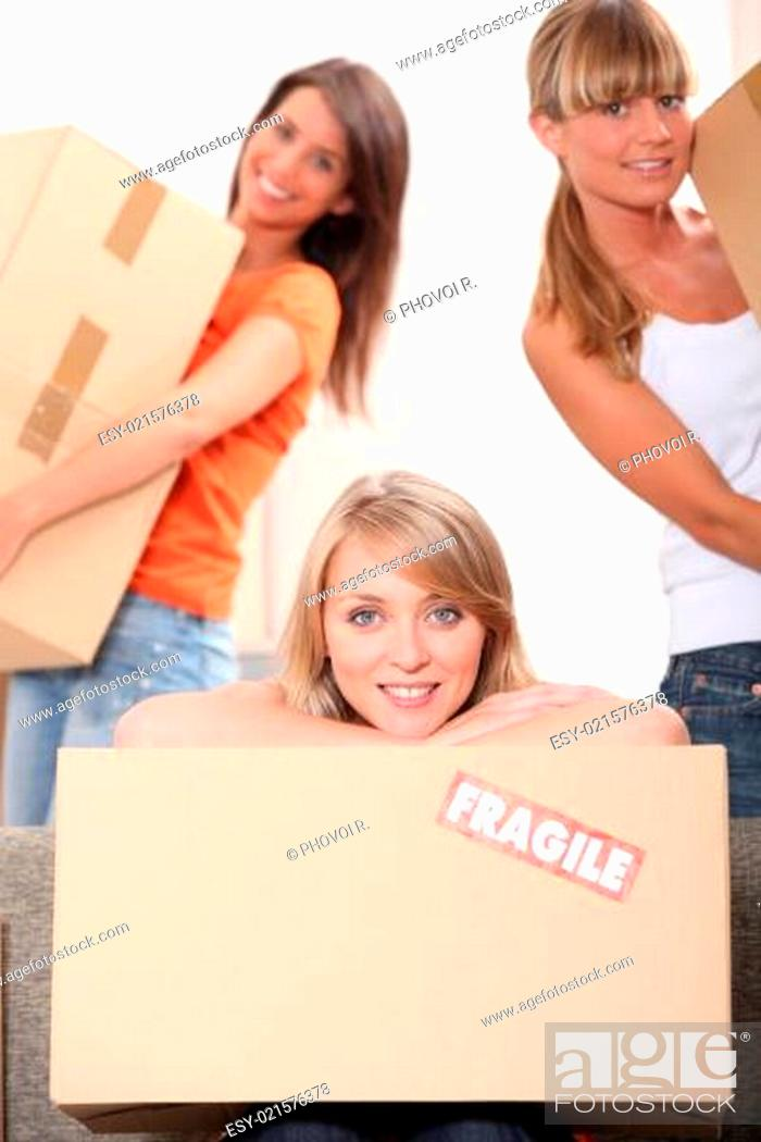 Photo de stock: friends moving in new flat.