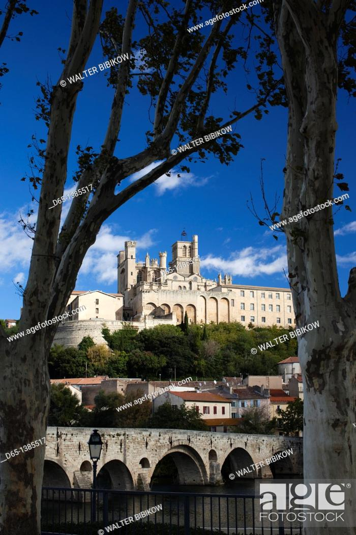 Stock Photo: France, Languedoc-Roussillon, Herault Department, Beziers, Cathedrale St-Nazaire cathedral and the Pont Vieux bridge.