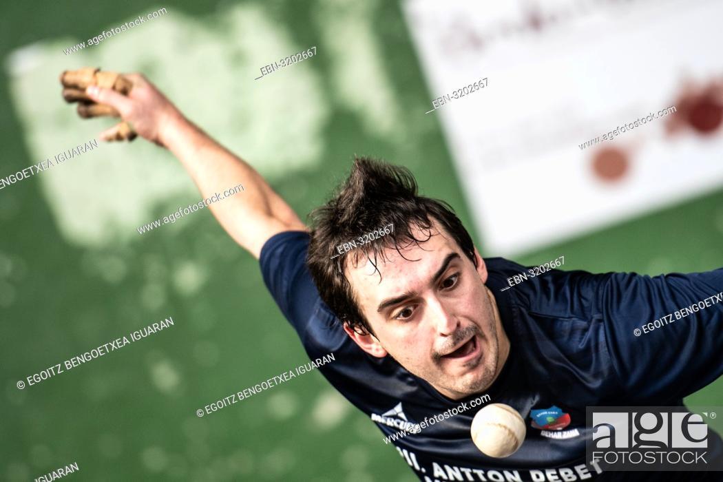 Imagen: Beñat Azketa at the semi-finals of Antton Pebet basque pelota bare hand tournament. Villabona, Basque Country, Spain.