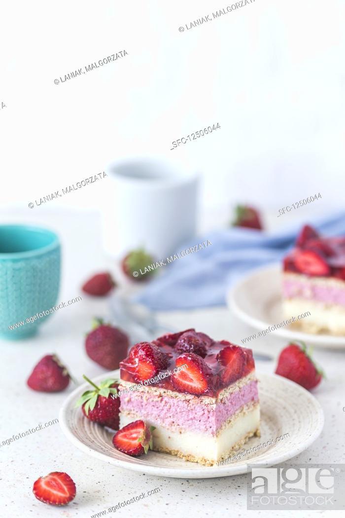 Imagen: A slice of strawberry vanilla cream fridge cake.