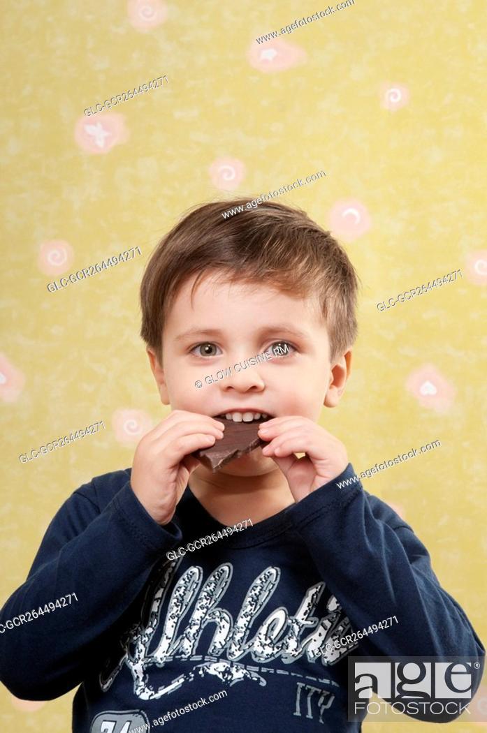 Imagen: Boy eating a chocolate bar.