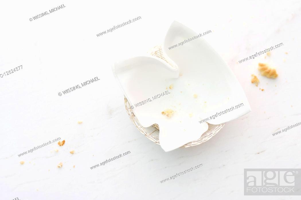 Photo de stock: An empty bread basket with crumbs.