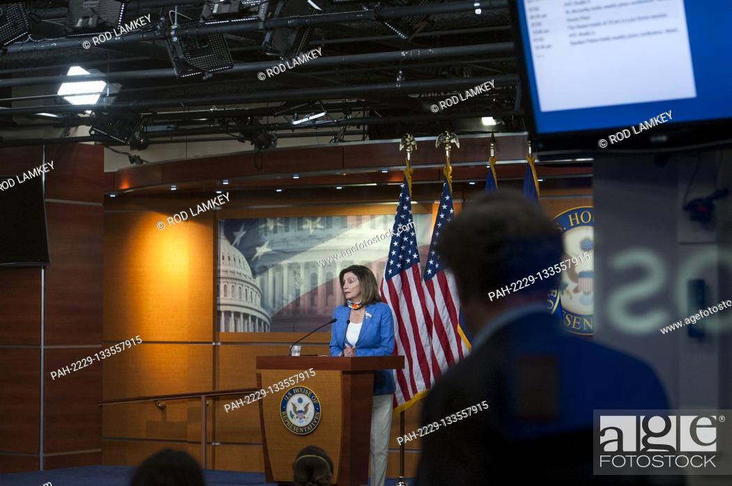 Photo de stock: Speaker of the United States House of Representatives Nancy Pelosi (Democrat of California), offers remarks and takes questions from reporters during her weekly.