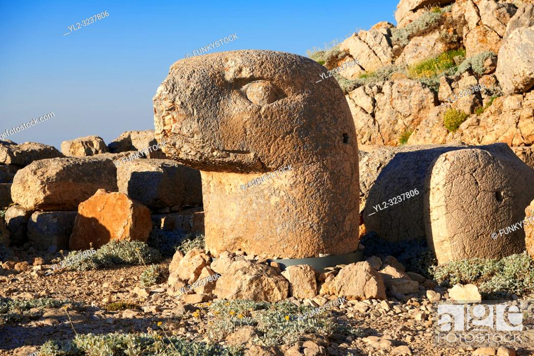 Imagen: Statue head of an Eagle in front of the stone pyramid 62 BC Royal Tomb of King Antiochus I Theos of Commagene, east Terrace, Mount Nemrut or Nemrud Dagi summit.