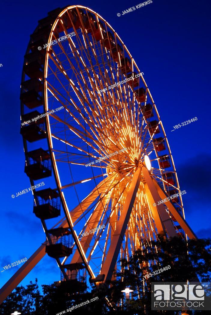 Imagen: The Navy Pier Ferris wheel glows at dusk.