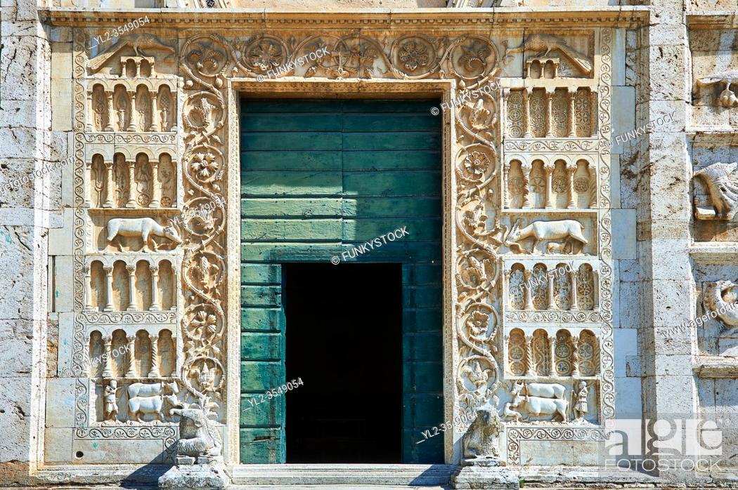 Imagen: Round window of the 12th century Romanesque facade of the Chiesa di San Pietro extra moenia (St Peters), Spoletto, Italy.