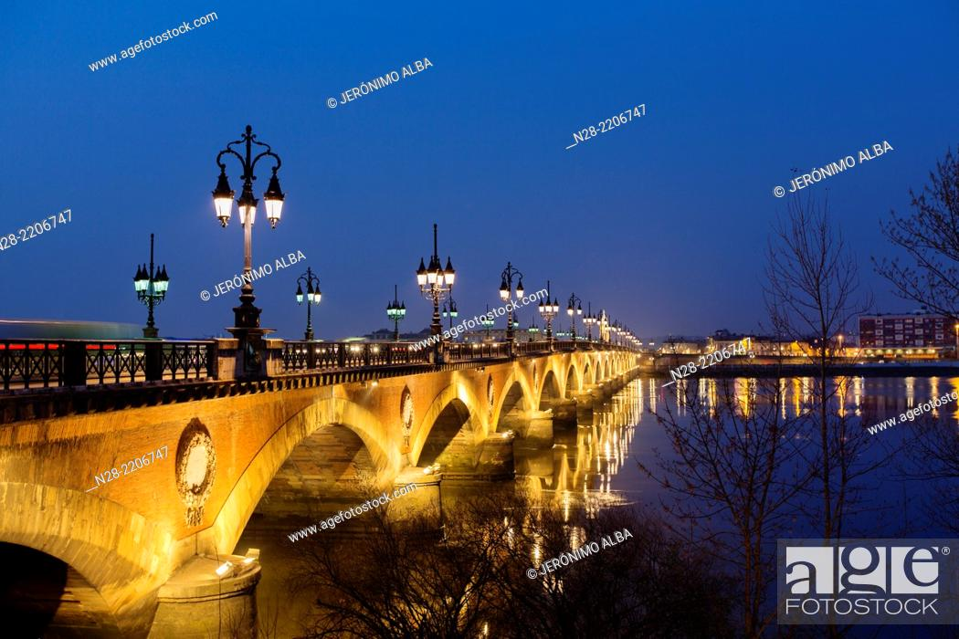 Imagen: Pont de Pierre Garonne river Bordeaux Aquitaine France.