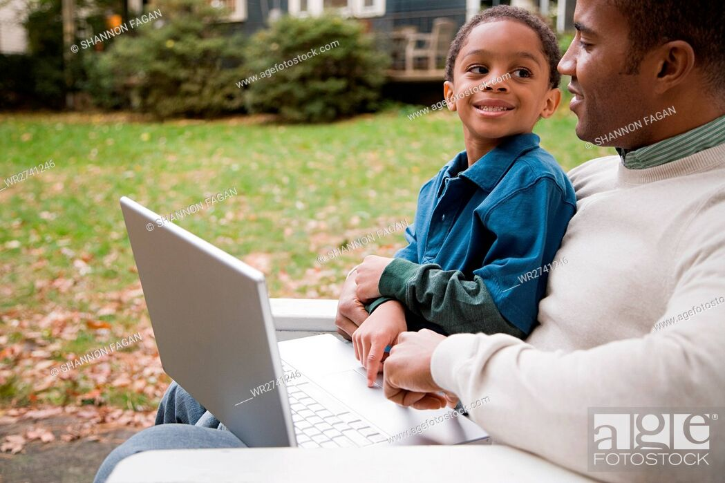 Imagen: Father and son with laptop.
