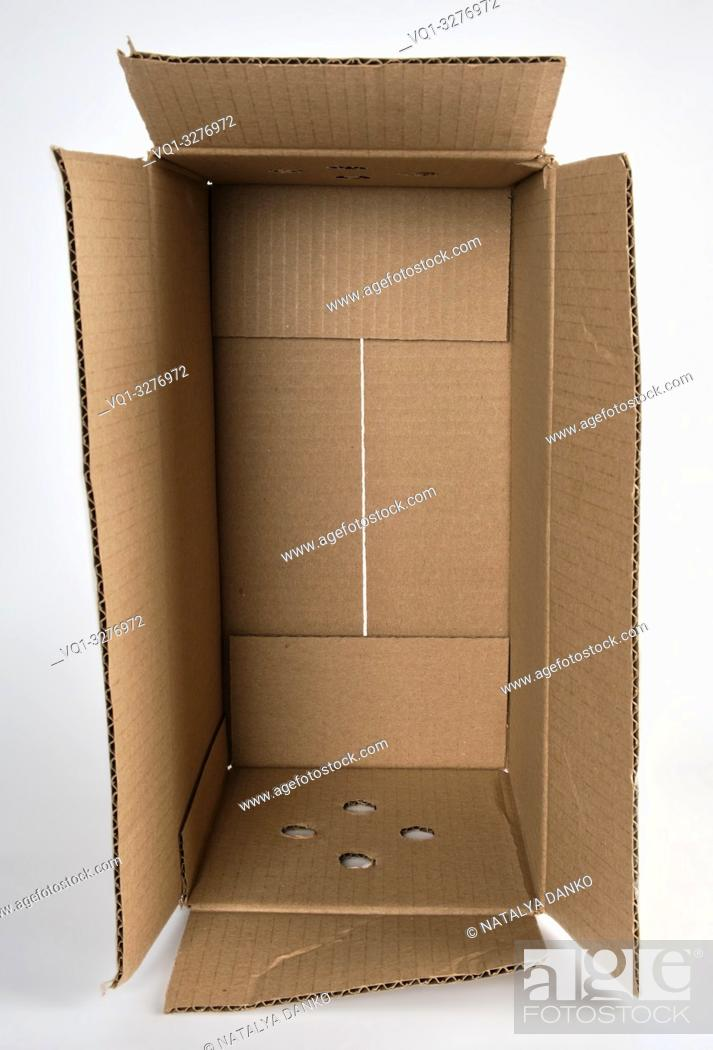 Imagen: open brown paper box on white background.
