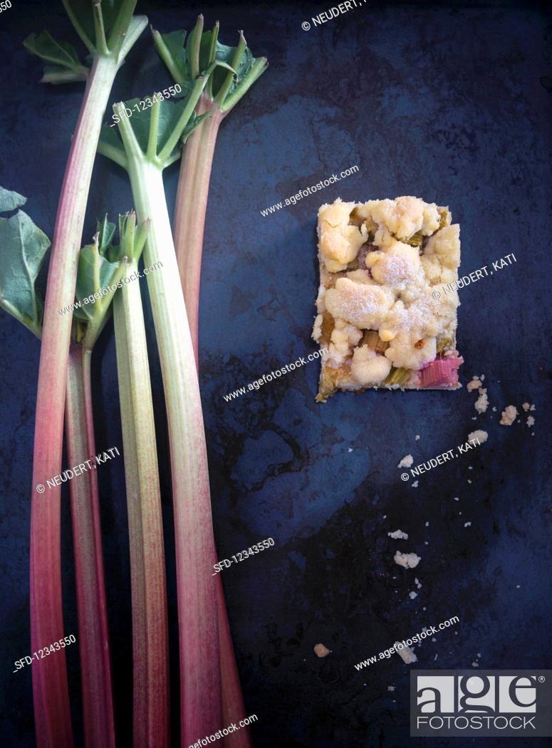 Photo de stock: Vegan rhubarb crumb cake with fresh rhubarb sticks.