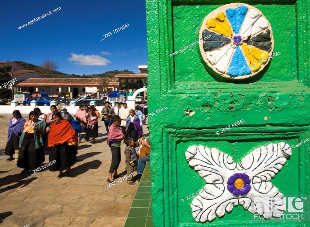 Imagen: San Juan Bautista church. San Juan Chamula.(indian villaje). Near San Cristobal de las Casas. Chiapas State. Mexico.