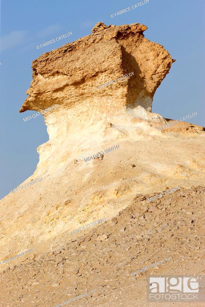Imagen: Qatar - Around Zekreet - Limestone escarpments in the desert.