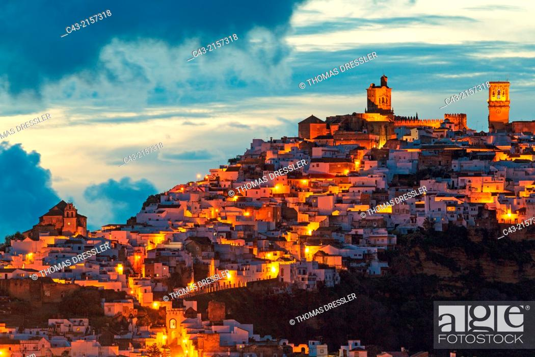Imagen: The White Town of Arcos de la Frontera on a limestone rock at dawn. Arcos de la Frontera, Cádiz province, Andalusia, Spain.