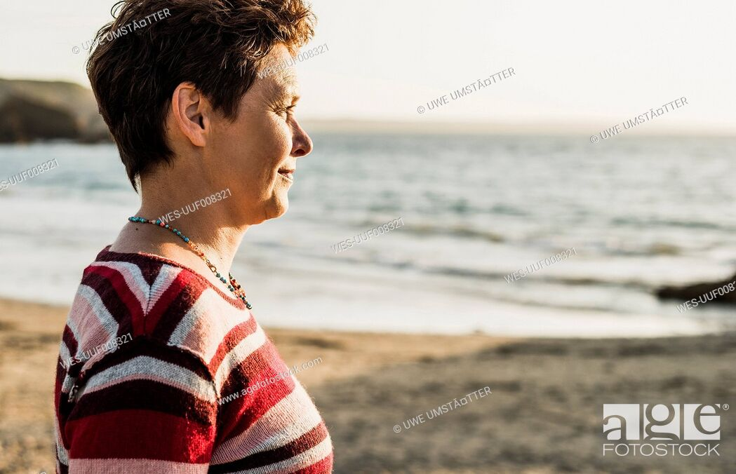 Imagen: France, Crozon peninsula, Portrait of mature woman at beach.