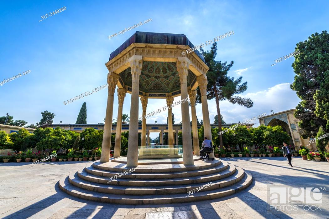 Imagen: Pavilion over Tomb of Hafez memorial hall called Hafezieh in Shiraz city, capital of Fars Province in Iran.