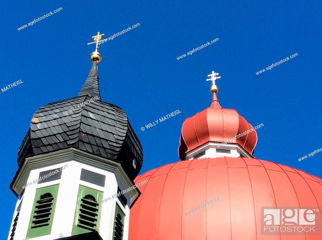 Imagen: onion towers of Pilgrimage Chapel Heuwinkel, built by Johann Schmuzer, 1698, Iffeldorf, Pfaffenwinkel, Weilheim Schongau, Upper Bavaria, Germany, Europe.