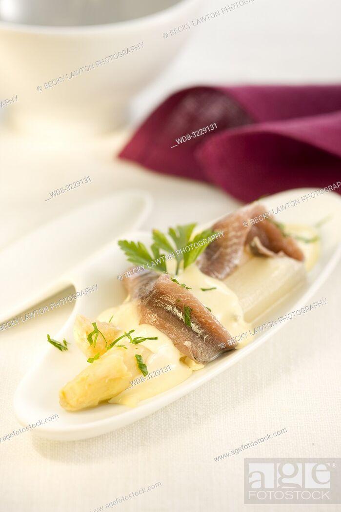 Stock Photo: Platillo de esparragos blancos y filetes de anchoas con salsa de mantequilla.