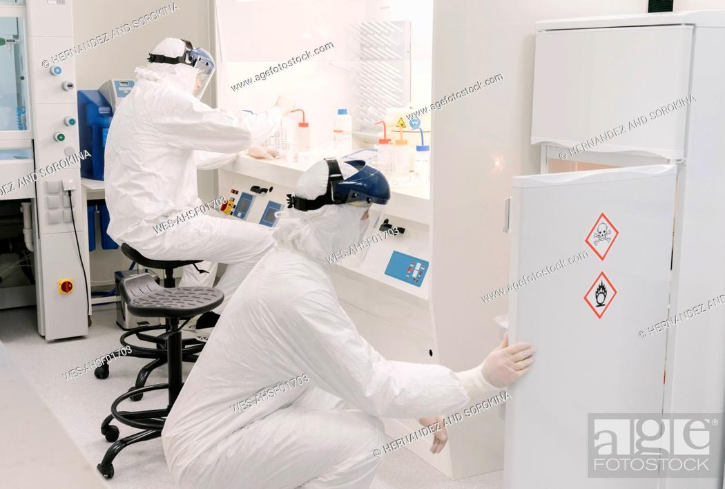 Imagen: Two scientists working in laboratory.