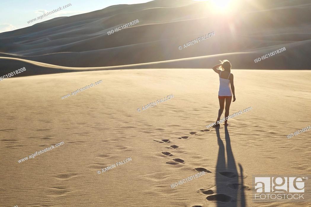 Photo de stock: Hiker exploring sand dunes, Great Sand Dunes National Park and Preserve, Colorado, USA.