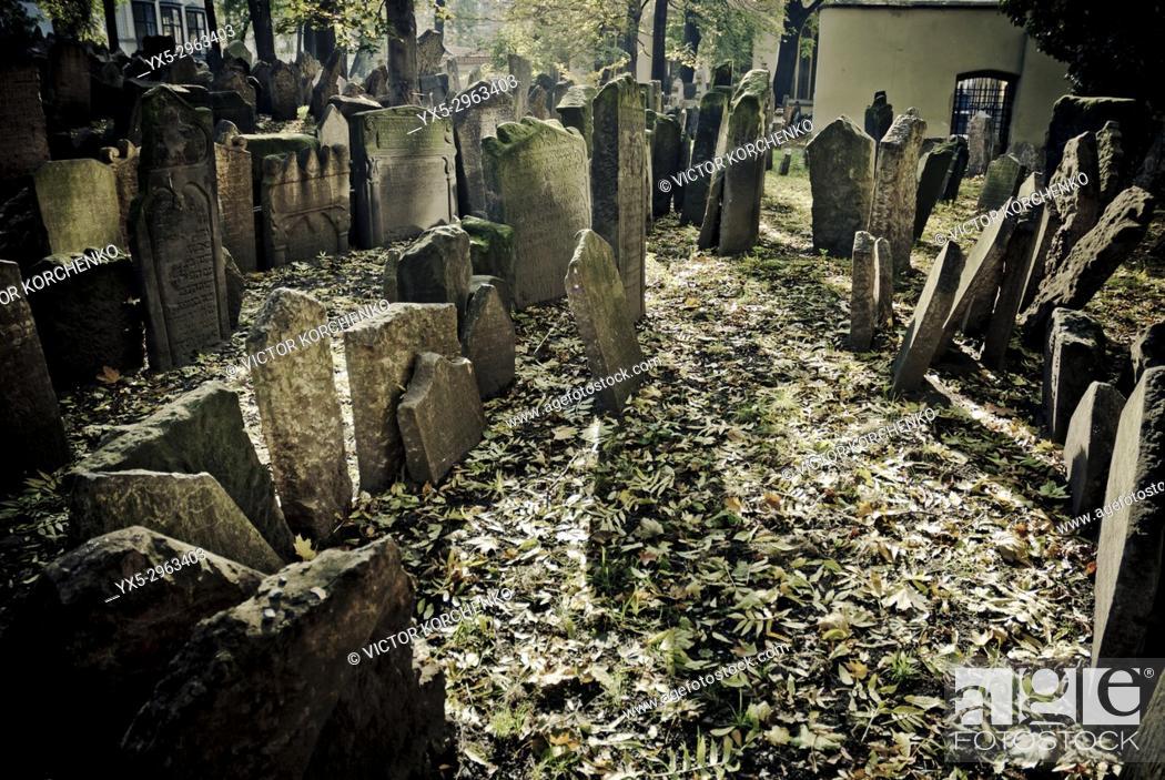Imagen: Old Jewish cemetery in Prague, Czech Republic.