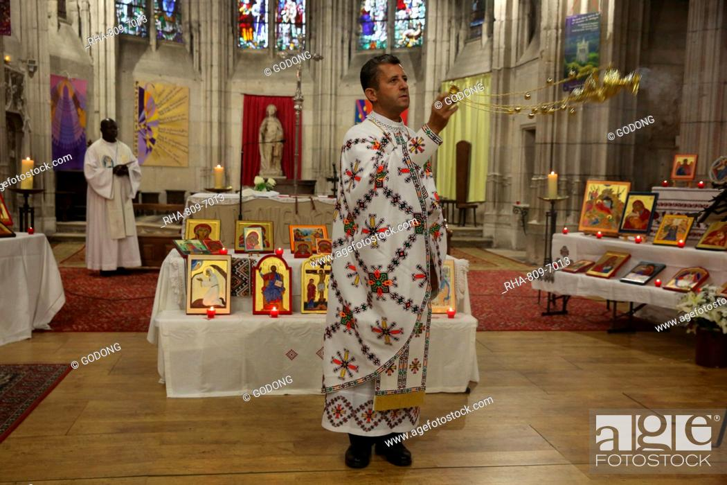 Imagen: Mass celebrated by Melkite (Greek-Catholic) and Catholic priests in Sainte Foy Church, Conches, Eure, France, Europe.