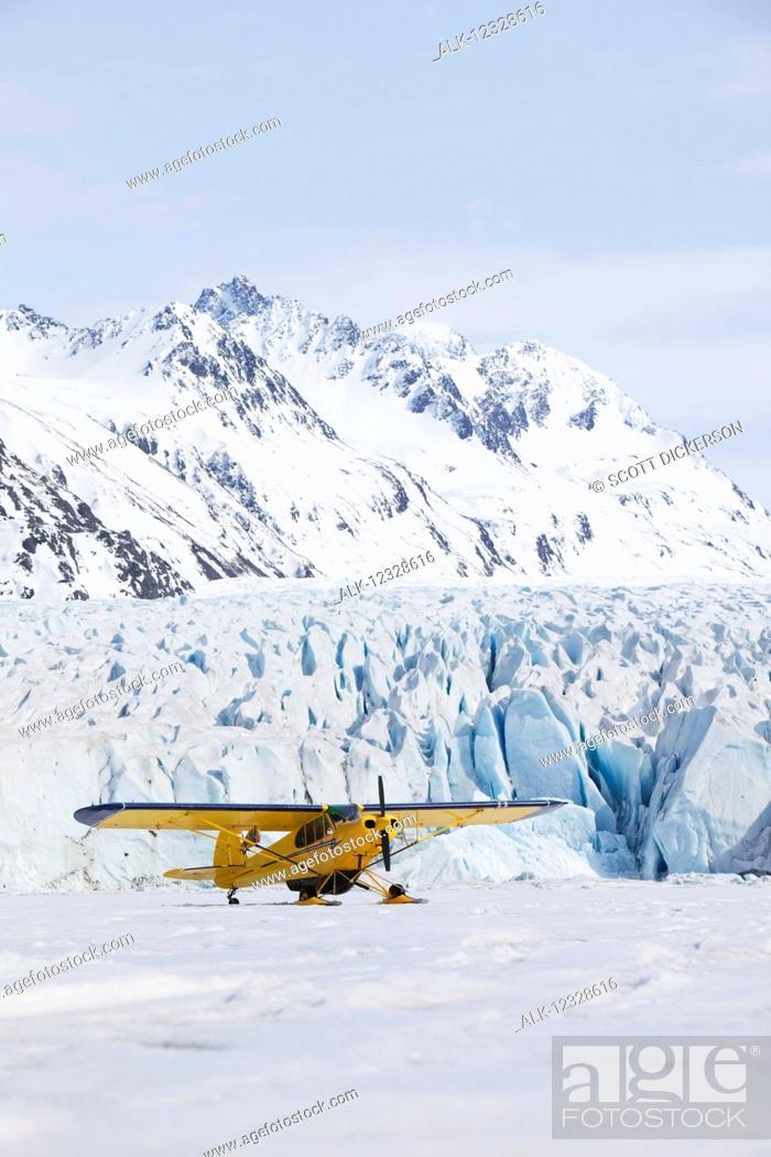 Imagen: Piper Super Cub plane, Kenai Mountains, Kachemak Bay State Park, Grewingk Glacier, Southcentral Alaska; Alaska, United States of America.