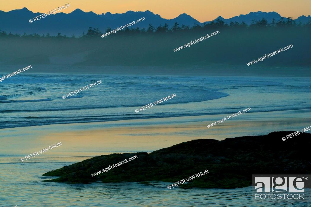 Imagen: View of Long Beach after sunset, Pacific Rim National Park, British Columbia, Canada.