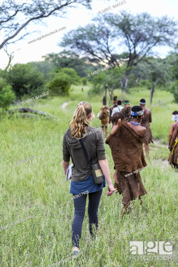 Imagen: Tourists on a walking trail with members of the San people, bushmen.