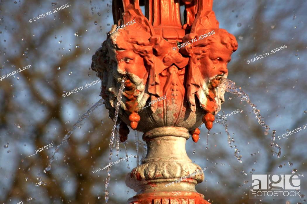 Imagen: Water falling from fountain in Poole Park, Dorset, in January.