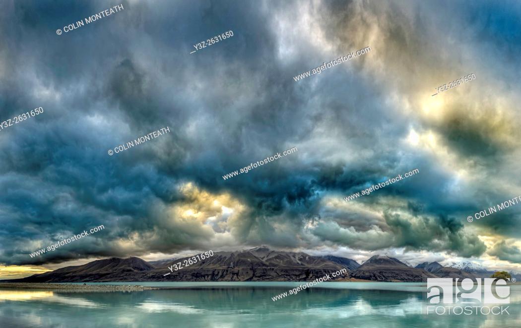 Imagen: Cloudscape panorama at dusk over Ben Ohau Range, Lake Tekapo, Mackenzie country, Canterbury, New Zealand.