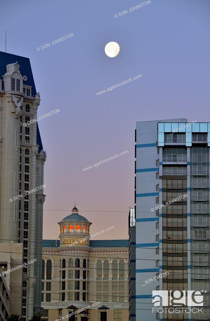 Imagen: Paris Las Vegas and Bellagio resort hotels at dawn with setting moon, Las Vegas, Nevada, USA.
