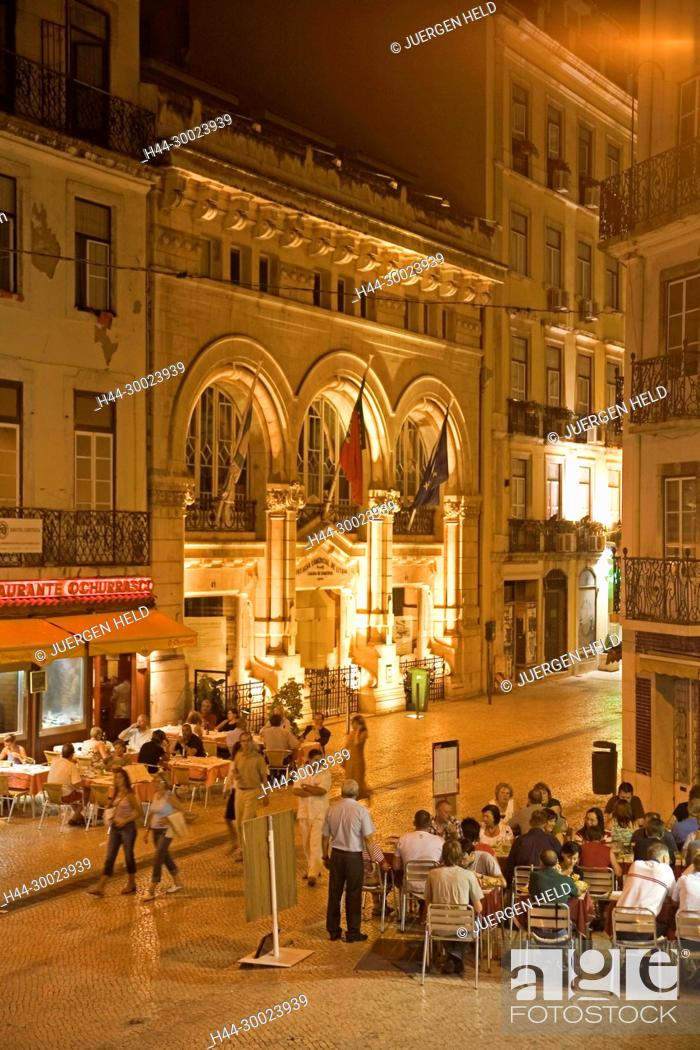 Stock Photo: Portugal, Lisbon, open air restaurants in old city center   Lissabon Altstadt, Restaurants abends draussen.