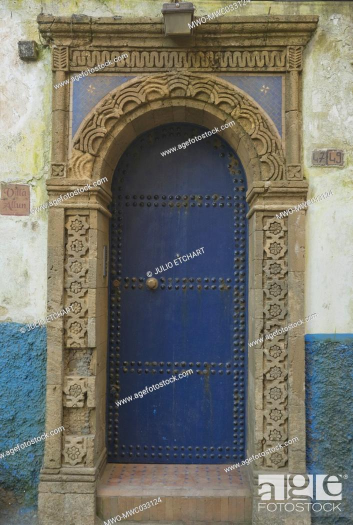Imagen: Traditional blue doors and windows in Essaouira, Morocco.