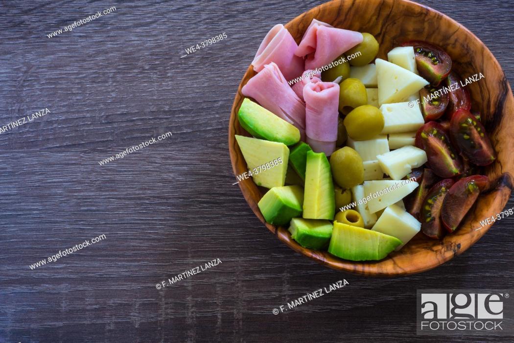 Imagen: Salad on a wooden plate.