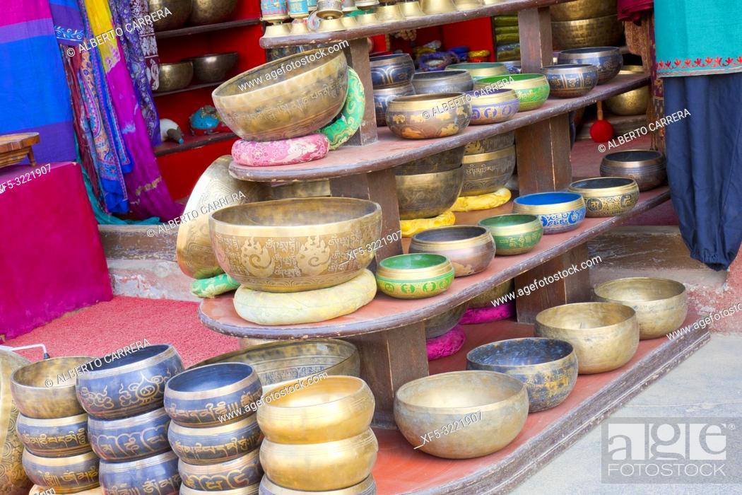 Imagen: Singing Bowls, Souvenirs Shop, Boudhanath Stupa, UNESCO World Heritage Siite, Kathmandu, Nepal, Asia.