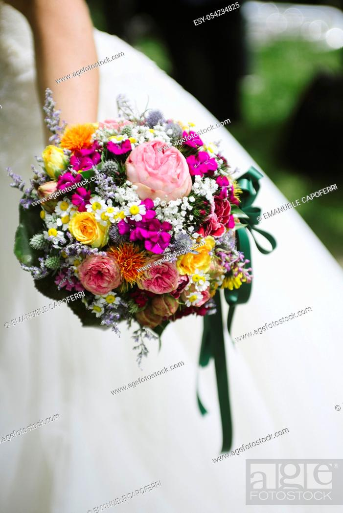 Imagen: Hands of the bride with bouquette.