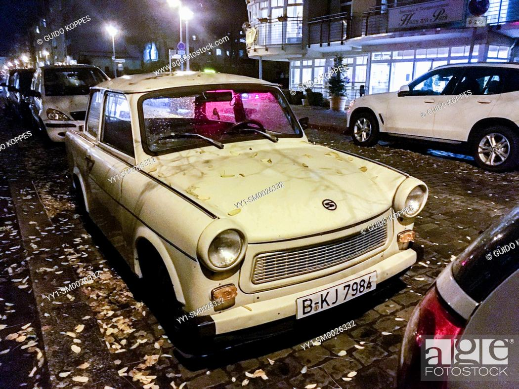 Imagen: Berlin, Germany. A vintage and historical Trabant car parked alongside a sidewalk in a neighbourhood street at night, after the owner returned home from work.