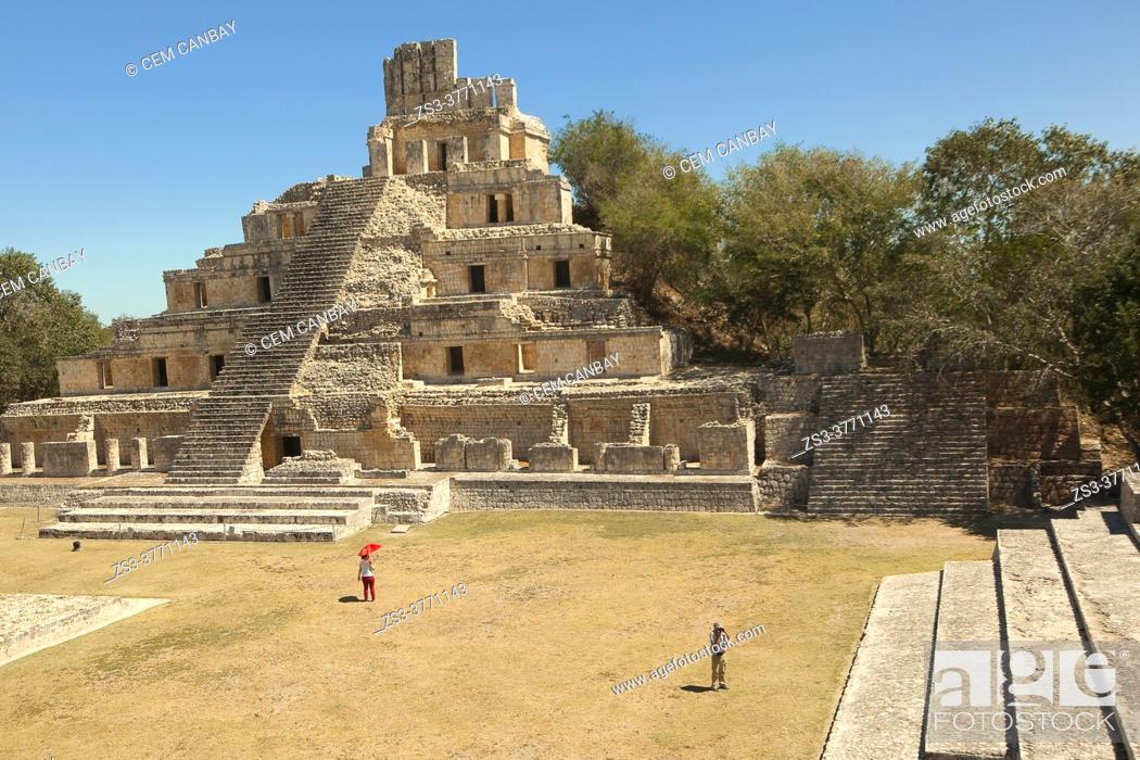 Imagen: Visitors in front of Edificio de los Cinco Pisos building at Gran Acropolis in Edzna Mayan Archaeological Site, Campeche Region, Mexico, Central America.