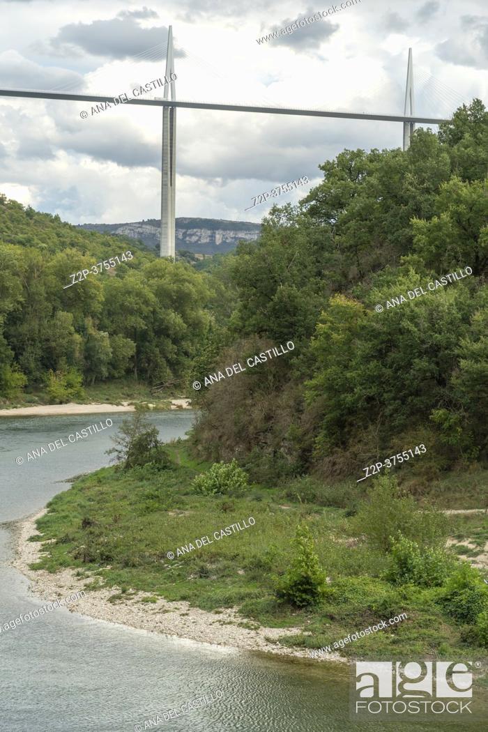 Imagen: MILLAU AVEYRON FRANCE ON SEPTEMBER 2020: Viaduc de Millau, crossing the Tarn Valley in the Larzac region of France. One of the world s highest bridges.