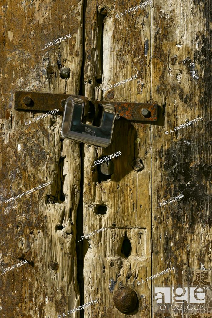 Imagen: Syracuse, Sicily, Italy An old door and lock in Ortygia or the old town.