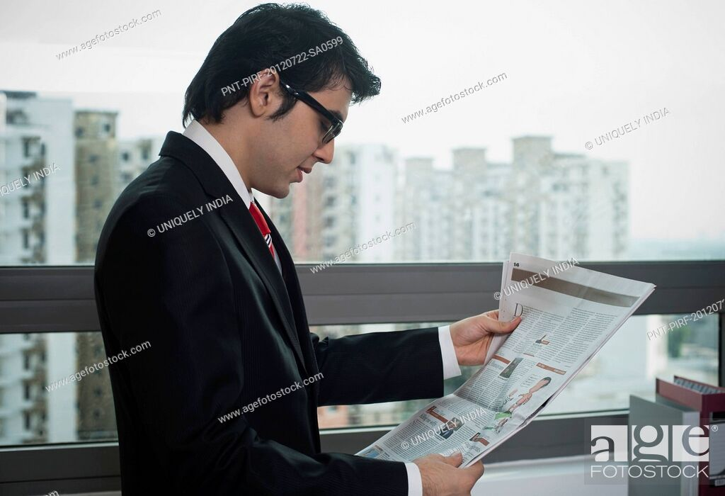 Imagen: Businessman reading a newspaper.