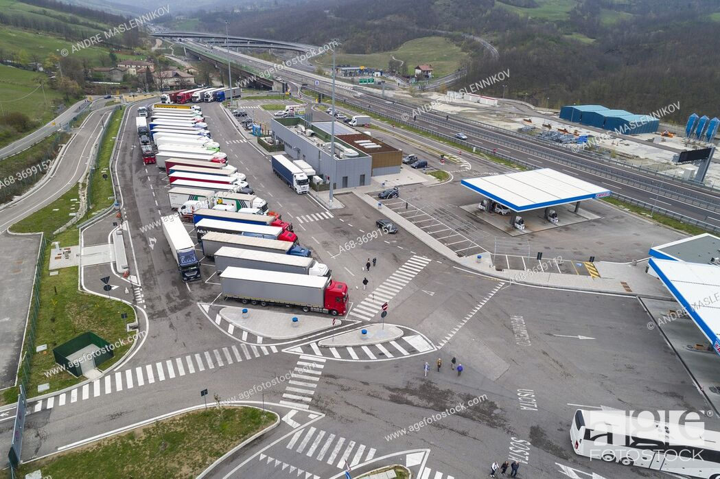 Photo de stock: Ristop - Badia Nuova Ovest. Truck stop, restaturnag and Tamoil petrol station at Road A1, Castiglione dei Pepoli, Italy,.